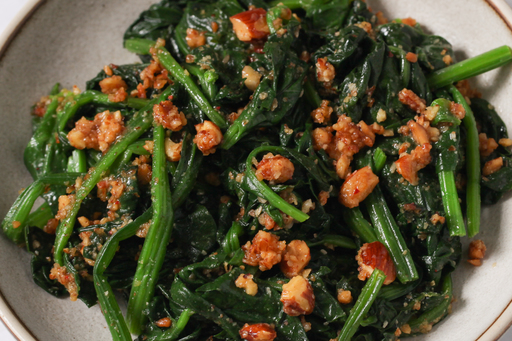 Spinach with crunchy almond butter & chili